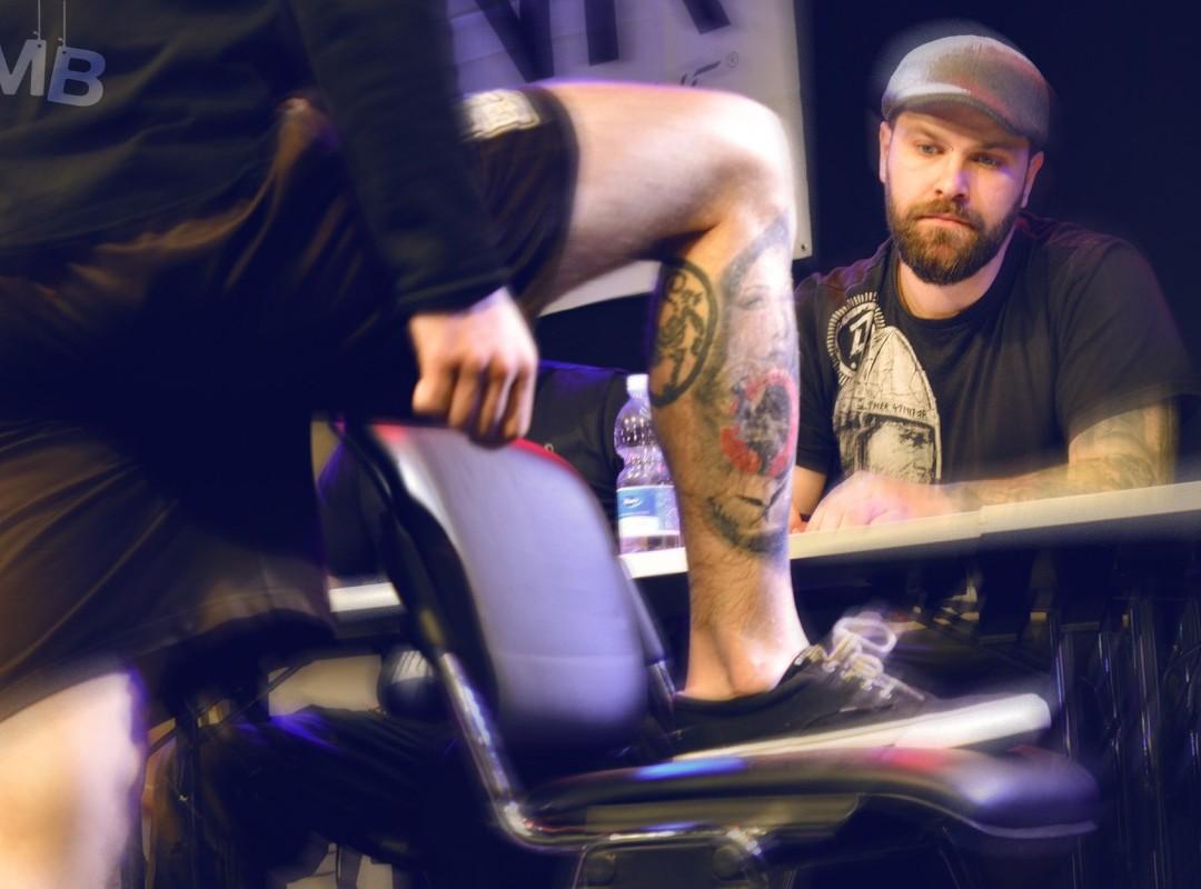 Pin-up dekleta in motorne žage skupaj z 88. tetoverji na 8. Mednarodni tatu konvenciji